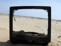 Una vista de la costa a través de una TV quebrada fotos de archivo libres de regalías