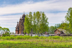 Una vista de la iglesia de Pokrovskaya en el señorío de Bogoslovka a través de los altos abedules Fotografía de archivo libre de regalías