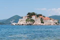 Una vista de la isla de Sveti Stefan del mar en un día de verano, Montenegro Foto de archivo