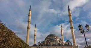 Una vista de la mezquita de Akhmad Kadyrov, la ciudad de Grozny, la capital de la república chechena del ruso almacen de metraje de vídeo