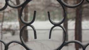 Una vista de la nieve que cae a través de las barras de la ventana almacen de metraje de vídeo