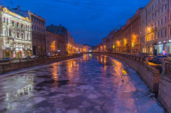 Una vista de la noche St Petersburg y del río de Moyka, Rusia Imagen de archivo libre de regalías