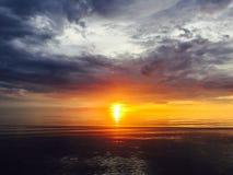 Una vista de la puesta del sol del mar Fotos de archivo libres de regalías