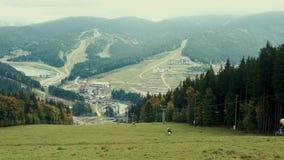 Una vista de la telesilla del cablecarril o funicular a lo largo del bosque del otoño del paisaje de la montaña d?a nublado almacen de video