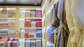 Una vista de la tienda de la materia textil Diversas toallas almacen de metraje de vídeo