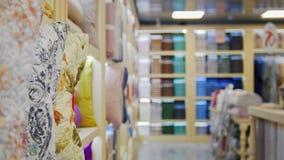 Una vista de la tienda de la materia textil toallas almacen de video