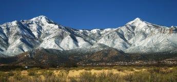 Una vista de las montañas de Huachuca en invierno fotos de archivo