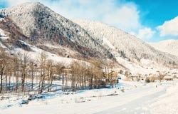 Una vista de las montañas nevosas de las montañas por la mañana soleada del invierno, marca, Bludenz, Vorarlberg, Austria Imagen  imagen de archivo