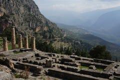 Una vista de las ruinas en Delphi en las montañas de Grecia Imagenes de archivo
