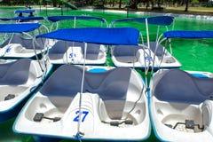 Una vista de los catamaranes con los barcos del pedal de los pedales, en el parque público de La Carolina, Quito imágenes de archivo libres de regalías