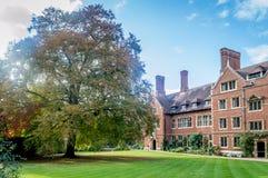 Una vista de los jardines y de los edificios en la universidad de la trinidad, Cambridge, Cambridgeshire fotos de archivo libres de regalías