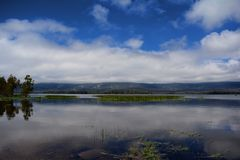 Una vista de montañas sobre el lago Fotos de archivo