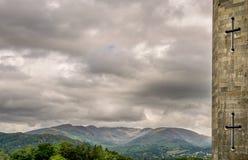 Una vista de montañas y de nubes de lluvia de una torrecilla del castillo imagen de archivo libre de regalías