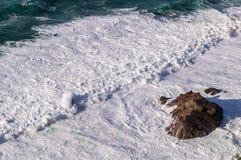 Una vista de Océano Atlántico agita con espuma Fotos de archivo libres de regalías