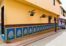 Una vista de una opinión colorida de la calle en Guatape, Colombia imágenes de archivo libres de regalías
