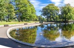 Una vista de una pequeña charca baja en el centro del parque de Duthie, Aberdeen foto de archivo