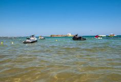 Una vista de una playa con las vespas de un agua en Malia Crete, Grecia foto de archivo
