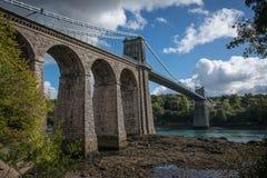 Una vista de puente colgante histórico de Menai que atraviesa el Mena Fotos de archivo libres de regalías