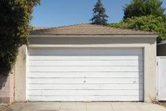 Una vista de una puerta de madera del garaje en Santa Monica, California imagen de archivo libre de regalías