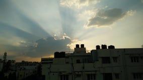 Una vista de Sun debajo de las nubes imagenes de archivo
