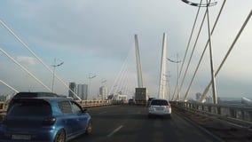 Una vista de time lapse del tráfico en el puente de oro