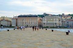 Una vista de Trieste tomada en el extremo del embarcadero viejo Molo Audace Imagen de archivo