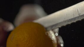 Una vista de un corte anaranjado con un cuchillo metrajes