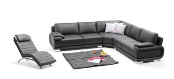 Una vista de un cuarto con el sofá de cuero negro Fotografía de archivo