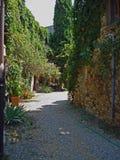 Una vista de un jardín en el pueblo Civitella en Italia fotos de archivo