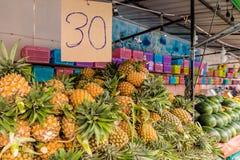 Una vista de un mercado en Kamala Thailand imagen de archivo