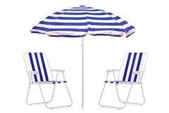 Una vista de un paraguas rayado azul y blanco Imágenes de archivo libres de regalías