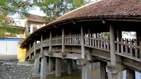 Una vista de un puente de madera en un tejado de teja fotos de archivo