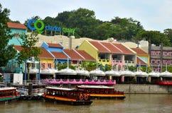 Barcos turísticos de la travesía en el río de Clarke Quay Singapur Foto de archivo libre de regalías
