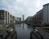 una vista del bacino di Leeds dai portoni di chiusa che mostrano gli uffici di sviluppi della riva e le costruzioni di appartamen fotografia stock