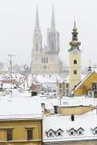 Una vista del cahtedral di Zagabria, della Croazia e dei tetti coperti dentro Fotografia Stock Libera da Diritti