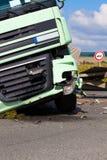 Una vista del camión en una carretera en un accidente Imágenes de archivo libres de regalías