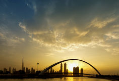 Una vista del canal de Dubai y del horizonte de Dubai Fotos de archivo libres de regalías