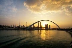 Una vista del canale del Dubai e dell'orizzonte del Dubai Immagine Stock