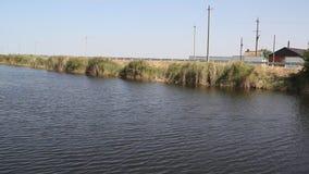 Una vista del canale di estate archivi video