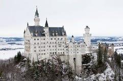 Una vista del castillo de Neuschwanschtein en las montañas bávaras Fotos de archivo