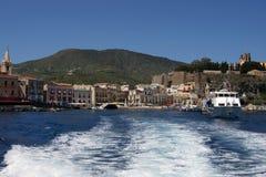 Una vista del castillo y del puerto de Lipari Fotografía de archivo