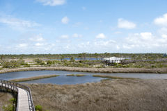 Una vista del centro ricreativo e del sentiero costiero al grande parco di stato della laguna a Pensacola, Floridaa Immagini Stock
