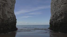 Una vista del cielo y del mar entre las rocas blancas almacen de metraje de vídeo