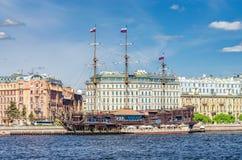 Una vista del ` dell'olandese volante del ` di sailship del ristorante dallo sputo dell'isola di Vasilievsky Immagini Stock