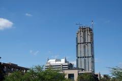 Una vista del edificio de gran altura más nuevo del rascacielos en el horizonte de Sandton, el eje económico y financiero de la c imagen de archivo libre de regalías