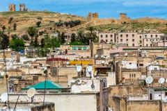 Una vista del Fes Medina con la tomba di Merenid nei precedenti Fotografie Stock