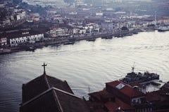 Una vista del fiume da un alto ponte Fotografia Stock Libera da Diritti