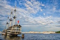 Una vista del fiume di Neva e del ristorante di galleggiamento Blagodat all'argine di Petrovskaya Fotografia Stock