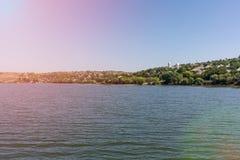 Una vista del fiume e del villaggio glare fotografia stock