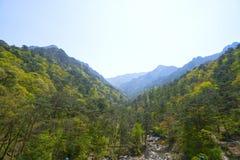 Una vista del ` fragante misterioso de la montaña del ` Myohyang-san DPRK - Corea del Norte Imágenes de archivo libres de regalías